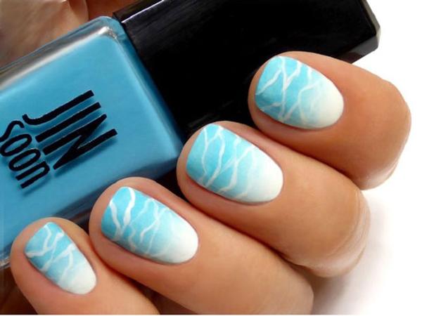 Mẫu móng xanh trắng lấy cảm hứng từ những cơn sóng biển.