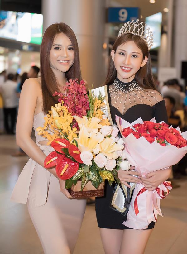 Hoa khôi Thời trang 2017 Hiếu Hòa mang hoa tới chúc mừng cô bạn đồng nghiệp xuất sắc giành chiến thắng trong cuộc thi nhan sắc quốc tế.