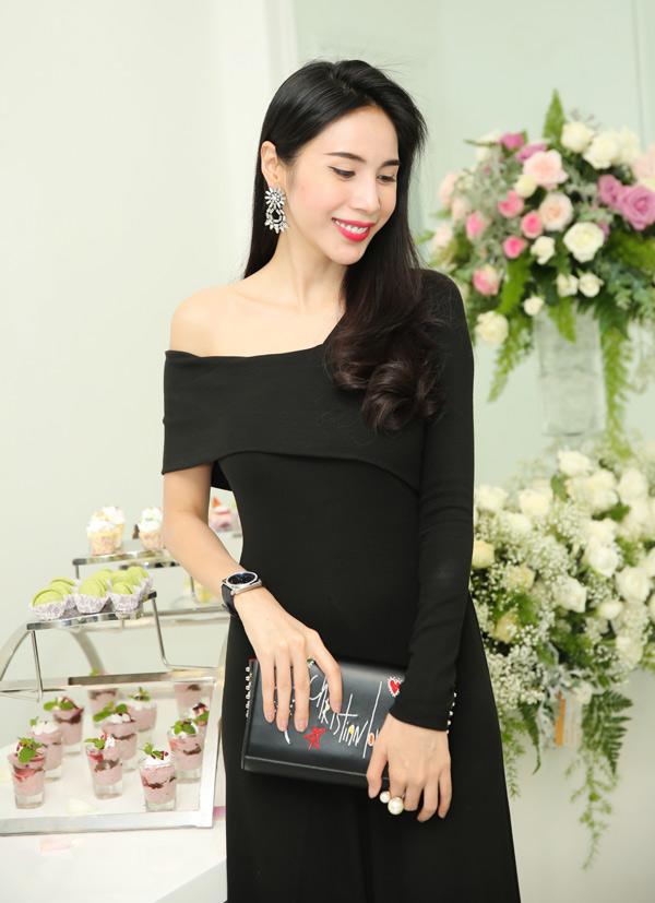 Thủy Tiên tiết lộ stylist Hoàng Ku đã tư vấn để cô có hình ảnh sang trọng, sành điệu trong sự kiện này.