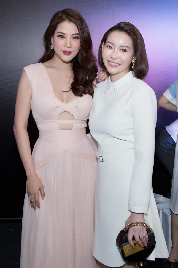 Tại sự kiện, Hải Dương có dịp hội ngộ diễn viên - nhà sản xuất Trương Ngọc Ánh. Diễn viên Áo lụa Hà Đông chọn chiếc váy gam hồng pastel được cắt khoét táo bạo ở phần ngực. Hai người đẹp khoe làn da trắng mịn màng, tươi trẻ.