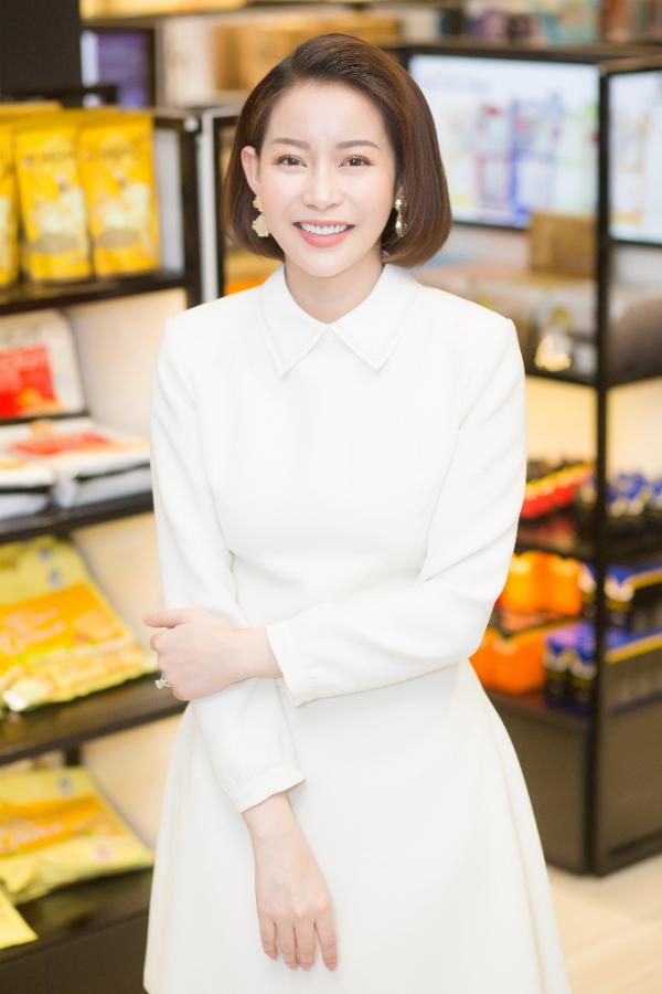 Tối 4/7, doanh nhân Nguyễn Trần Hải Dương xuất hiện tại buổi khai trương chi nhánh Jet Dentist ở TP HCM. Giám đốc quốc gia của Miss Supranational Vietnam 2018 lựa chọn trang phục gam màu trắng thanh lịch cùng phụ kiện ton-sur-ton, trong đó điểm nhấn là chiếc nhẫn kim cương tiền tỷ.