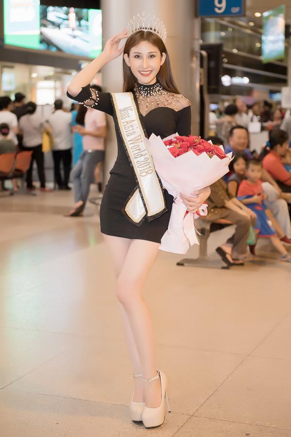 Tân Hoa hậu châu Á thế giới khoe chân dài gợi cảm ở sân bay.