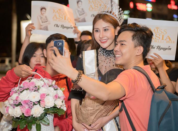 Mỹ nhân quê Vĩnh Long thân thiện chụp ảnh cùng các fan.