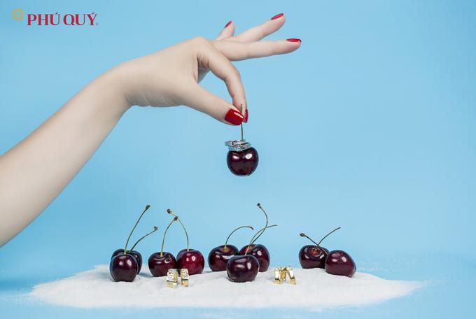 Ngọt ngào và sang trọng như những quả cherry, thiết kế nhẫn đôi, nhẫn đính ước ngày càng được biến tấu linh hoạt hơn.