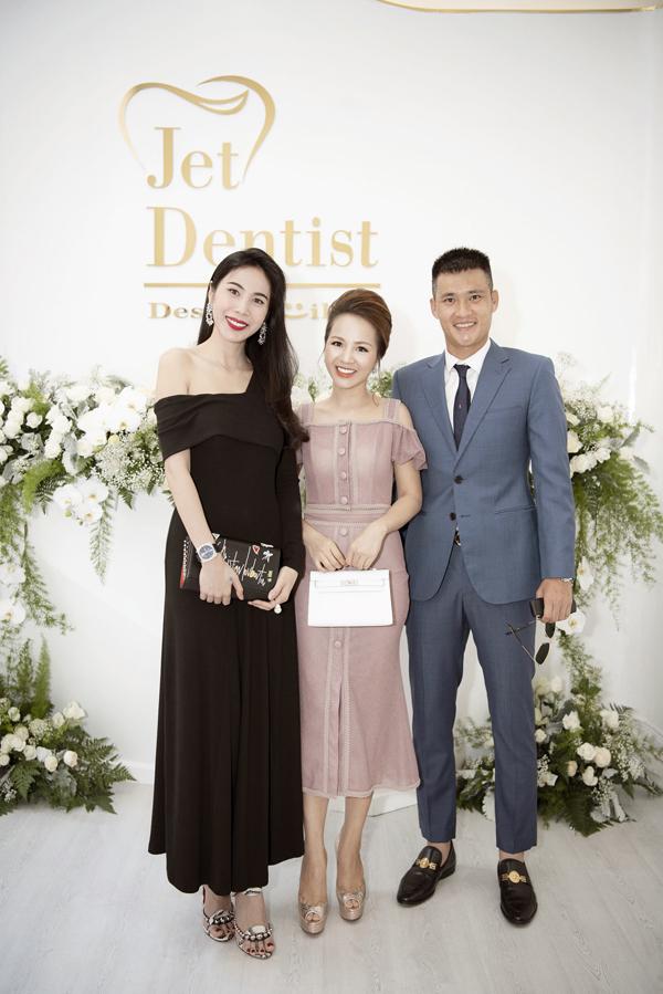 Vợ chồng Thuỷ Tiên - Công Vinh đến chung vui cùng doanh nhân Phượng Nguyễn. Cả hai tin bà chủ Jet Dentist sẽ gặt hái nhiều thành công trong kinh doanh vì sự nhiệt huyết, hết lòng với nghề.