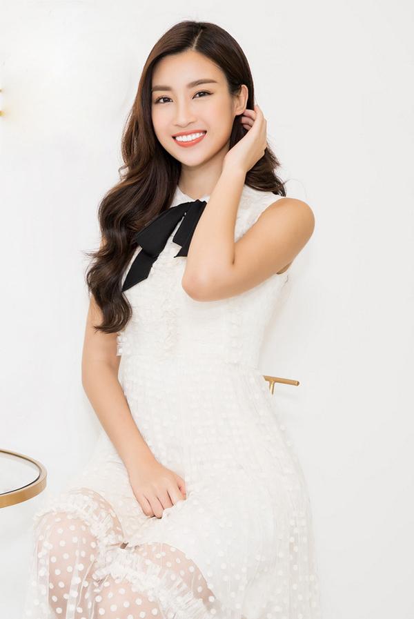 Hoa hậu Mỹ Linh diện váy voan chữ A trắng với điểm nhấn là chiếc nơ đen. Người đẹp tới sự kiện sớm để kịp bay ra Hà Nội dự một chương trình khác.