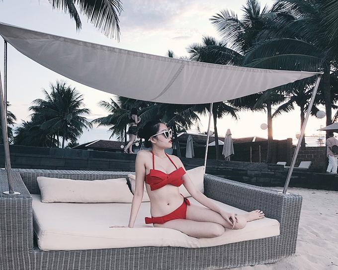 Áo bikini được trang trí hoạ tiết cầu kỳ là món đồ Thanh Thanh Huyền lựa chọn để giúp mình có những shoot hình so deep khi đi nghỉ dưởng ở biển.