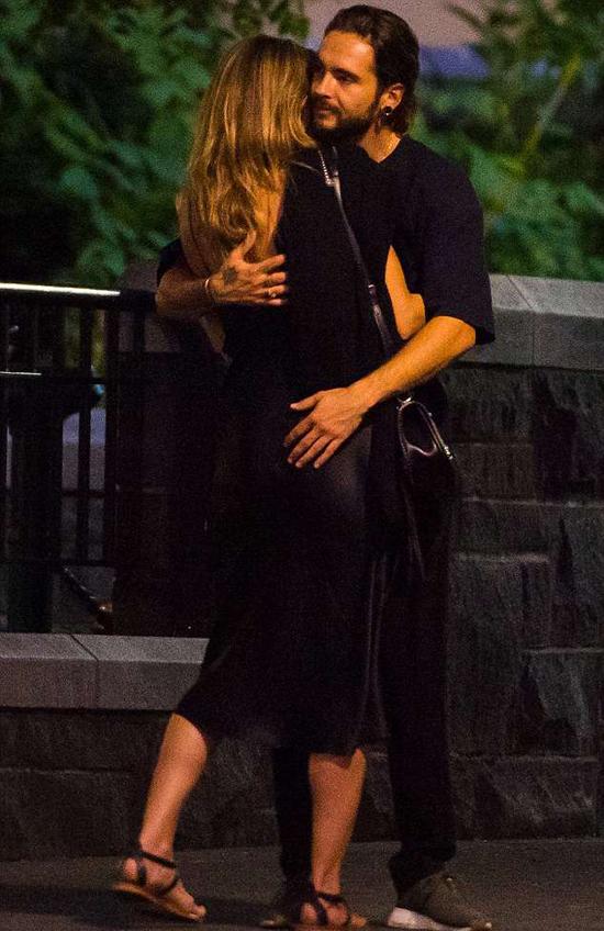 Bồ trẻ không ngừng âu yếm Heidi Klum khi đi dạo phố - 5
