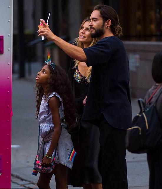 Heidi Klum tới New York với bạn trai trong kỳ nghỉ Quốc khánh Mỹ. Con gái Lou 8 tuổi của siêu mẫu cũng theo cùng. Ngoài bé Lou, Heidi còn 3 nhóc tỳ khác với chồng cũ - ca sĩ Seal.
