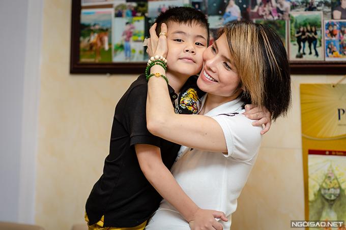 Kiều Thanh và bé Bi, con trai của cô và ông xã Kim Cương. Ảnh: Thành Đạt