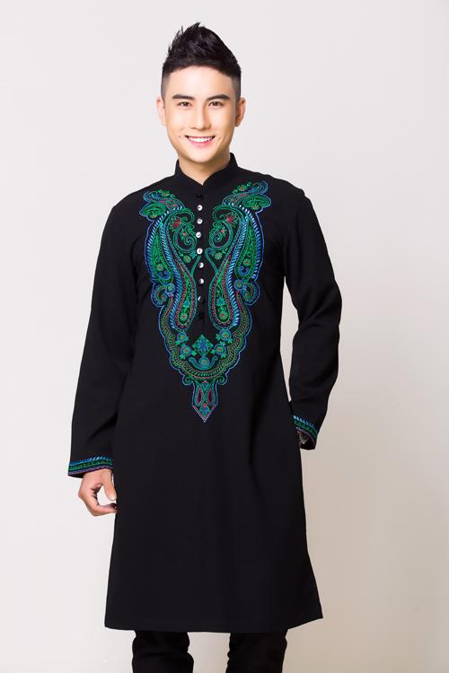 Màu đen thường được coi là màu của đàn ông bởi sắc màu này dễ tôn lên vẻ nam tính phái mạnh. Tất cả các họa tiết trên mẫu áo dàiđều được thêu thủ công, tỉ mỉ đến từng chi tiết. Màu áo đen kết hợp họa tiết xanh dành cho chú rể có tính cách điềm đạm.