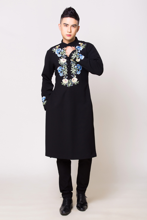 Áo có họa tiết hoa với màu xanh - trắng chủ đạo được thêu thủ công trên thân áo. Chú rể có thể tái sử dụng áo dài cách tân trong nhiều sự kiện, dịp lễ có tính chất trang trọng hoặc những ngày đón mừng năm mới.