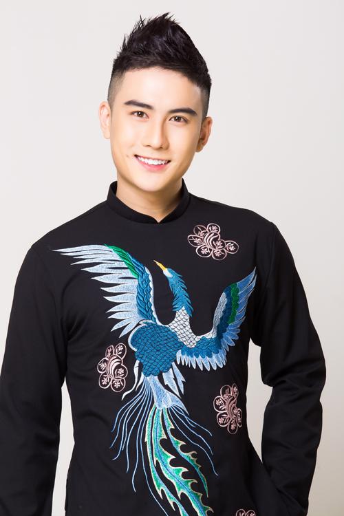 Nhà thiết kế Đặng Trọng Minh Châu sử dụng các gam màu liền kề của sắc xanh để tạo sựhài hòa cho hình ảnh chim công. Anh điểm thêm các họa tiết bo tròn giống cánh hoa trên thân áo.