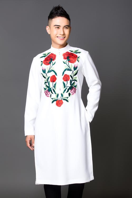 Những họa tiết hoa được thêu đối xứng trên tà áo dài trắng phá đi sự tẻ nhạt, đơn điệu của áo dài cưới. Mẫu áo thể hiện sự tinh tế, nhu cương cho chú rể.