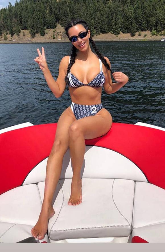 Kim Kardashian tới một vùng biển vắng vẻ để nghỉ dưỡng cùng gia đình vào ngày Quốc khánh Mỹ (4/7). Bà mẹ ba con khoe ảnh trên Instagram và khiến các fan trầm trồ với thân hình gợi cảm như thời con gái.