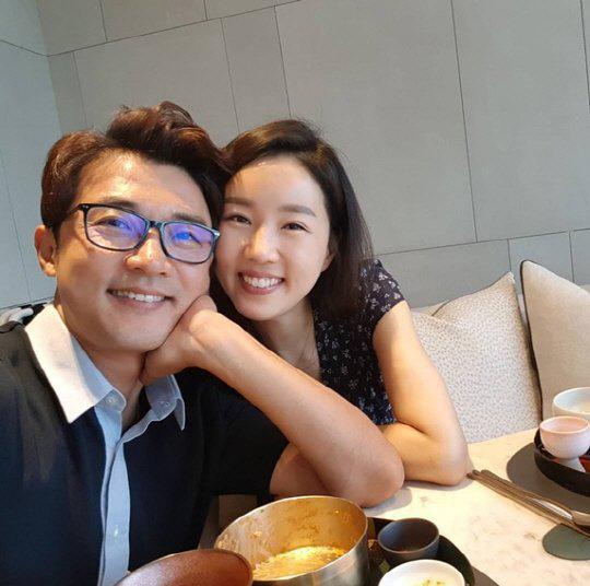Vợ chồng Ahn Jae Wook hạnh phúc bên nhau.