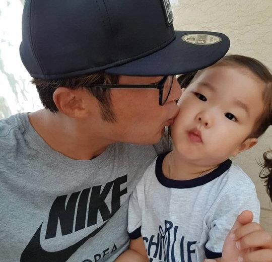 Gia đình nhỏ của Ahn Jae Wook với cô con gái hơn 2 tuổi bụ bẫm, dễ thương.