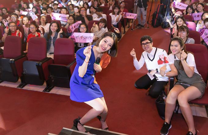 Chi Pu rạng rỡ chụp ảnh cùng người hâm mộ.