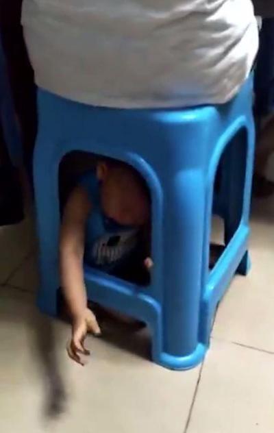 Cậu bé với tay, với chân ra ngoài để cầu cứu. Ảnh cắt từ video.