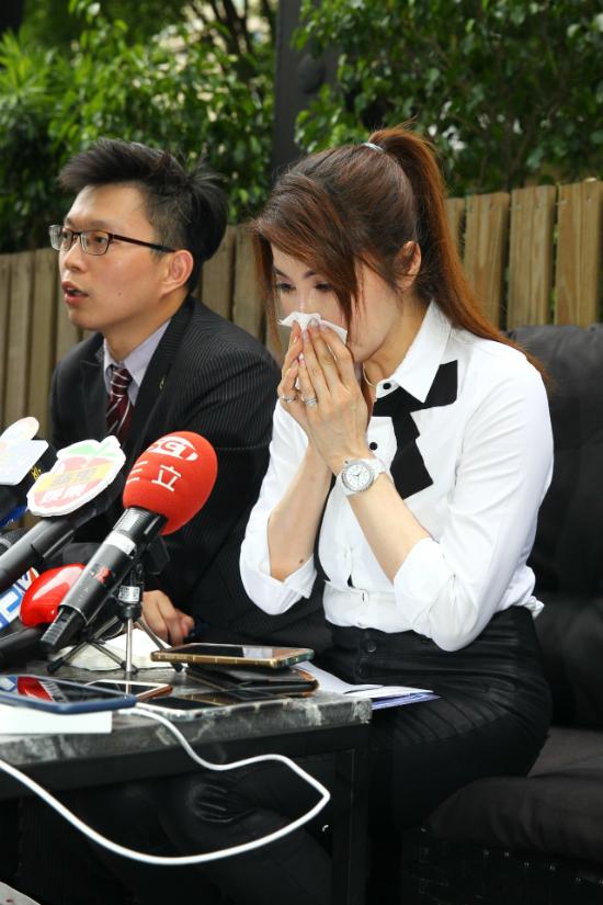 Dương Lệ Thanh khóc trong buổi họp báo hôm 4/7.