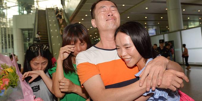 Anh Liang Hua bật khóc ôm chầm lấy cô con gái thất lạc 13 năm Liang Jinglang. Ảnh: Shanghaiist.