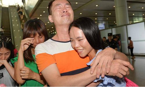 Cô gái đoàn tụ cha mẹ sau 13 năm đi lạc và được vợ chồng Mỹ nhận nuôi