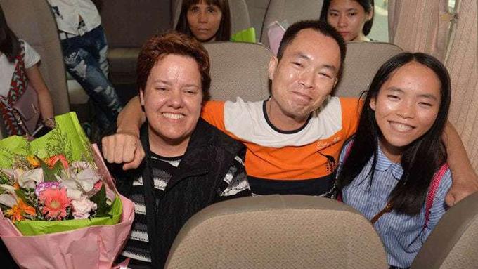 Anh Liang xúc động quàng vai ôm con gái Liang Jinglang và mẹ nuôi của cô. Ảnh: Shanghaiist.
