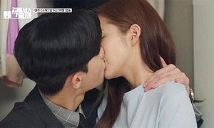 'Thư ký Kim' khiến khán giả phấn khích với màn hôn trong tủ quần áo
