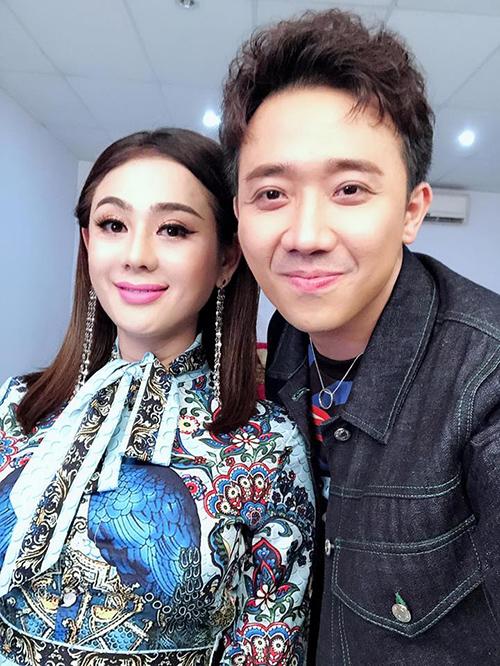 Lâm Khánh Chi cười rạng rỡ khi pose hình cùng đàn emTrấn Thành. Người đẹp chuyển giới đang có cuộc sống hạnh phúc bênông xã kém 8 tuổi Phi Hùng.
