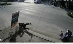 Cảnh sát cơ động ngã lộn vòng khi bị cô gái chạy xe đạp cắt mặt
