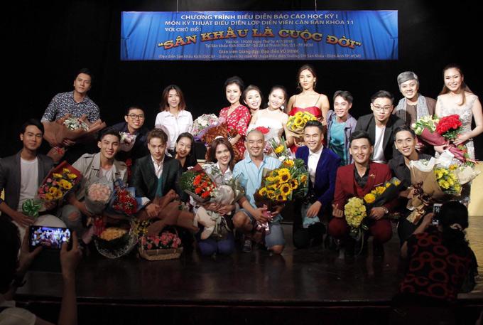 Ngọc Trinh chụp ảnh cùng các bạn học sau buổi thi học kỳ. Lớp diễn viên căn bản còn có ca sĩ S.T, người đẹp Nguyễn Thị Loan là học viên.