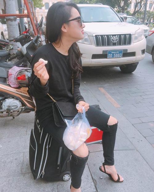 Nhã Phương diện cây đồ đen chụp ảnh phong cách khi du lịch ở Thái Lan. Mới đây, nữ diễn viên Tuổi thanh xuân cũng bị bắt gặp xuất hiện cùng Trường Giang tại một trung tâm thương mại của xứ sở chùa Vàng, đập tan tin đồn chia tay.