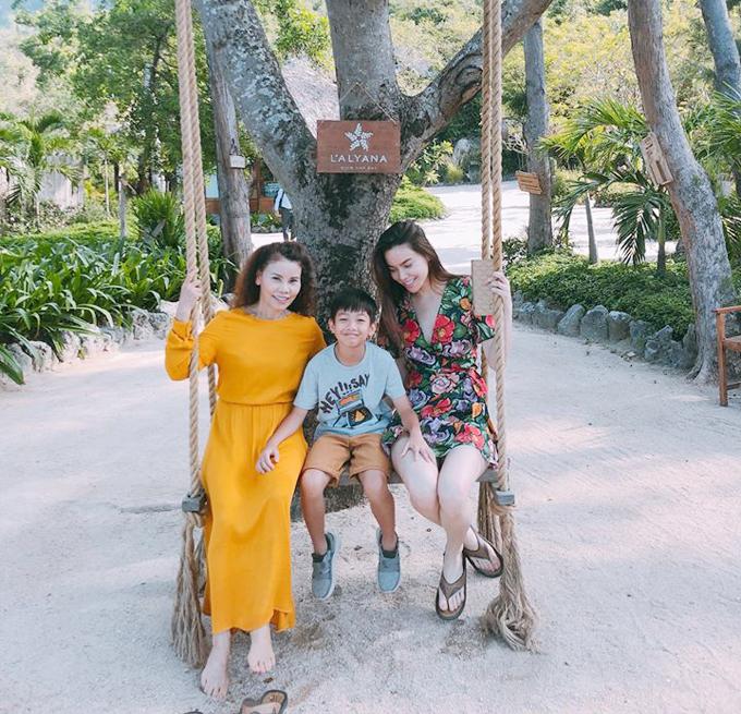 Hồ Ngọc Hà lựa chọn một nơi riêng tư hơn ở vịnh Ninh Vân cho đại gia đình gồm bố mẹ, con trai Subeo và một số người thân trong kỳ nghỉ đầu hè. Cả nhà đã có những phút giây tận hưởng không khí trong lành, tắm biển là bãi tắm riêng, ăn tối ngoài trời...KhuLAlyana Ninh Vân Bay trước đây có tên gọi làAn Lâm Villas Ninh Vân Bay, nằmtrên bán đảo Hòn Hèo, cách đất liền 15 phút đi tàu cao tốc, cách trung tâm thành phố Nha Trang 20 km.
