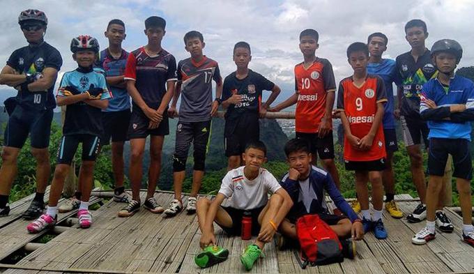 Huấn luyện viên Ekapol Aek Chanthawong (ngoài cùng bên trái) cùng các thành viên đội bóng Wild Boars. Ảnh: Facebook.