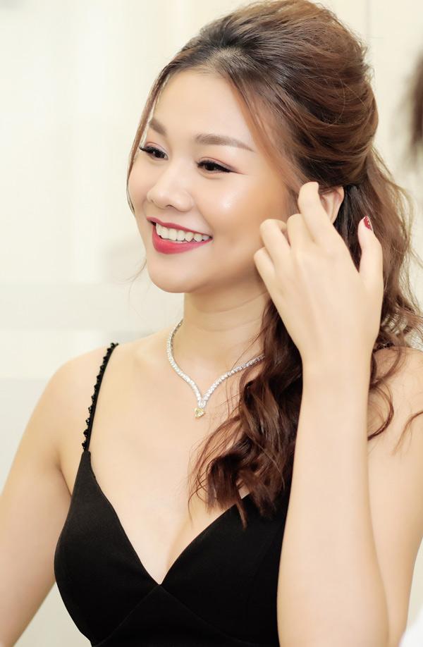 Người đẹp vén tóc, khoe khéo chiếc vòng cổ kim cương giá 1 tỷ đồng.