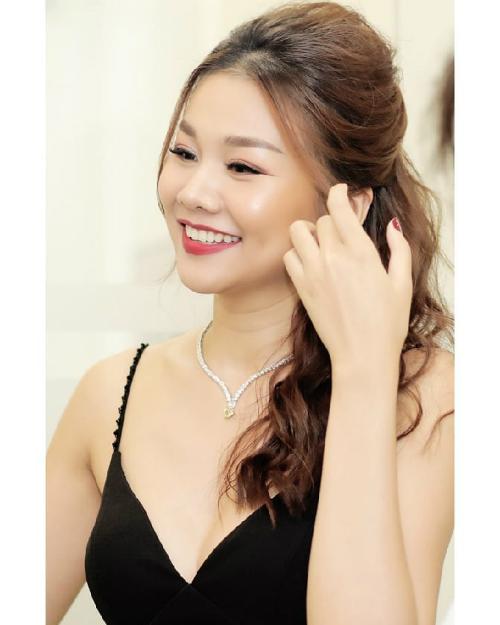 Thanh Hằng đẹp dịu dàng nhưng không kém phần sang trọng trong bộ đầm đen hai dây và chiếc vòng cổ có trị giá 1 tỷ đồng.