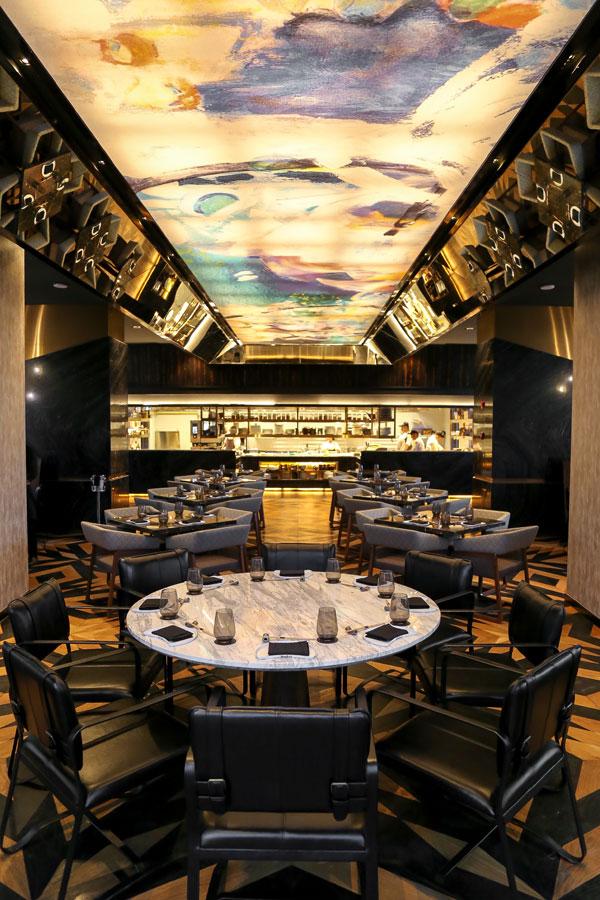 Nhà hàng Akira Back tại khách sạn JW Marriott Hanoi có không gian sang trọng. Trước đó, chuỗi nhà hàng này đã có chi nhánh tại Las Vegas, Toronto, Singapore hay Dubai.
