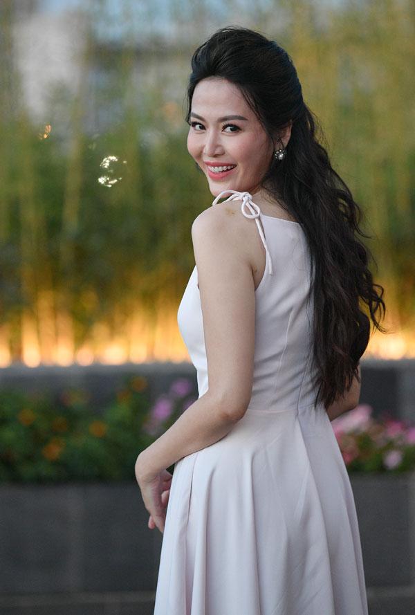 Dù đã đăng quang hơn 20 năm nhưng Hoa hậu Việt Nam 1994 luôn gây được sự chú ý mỗi khi xuất hiện bởi nụ cười tươi tắn, vẻ ngoài trẻ trung quên tuổi. Khi được hỏi về bí quyết giữ gìn nhan sắc và vóc dáng, người đẹp Thu Thủy chia sẻ luôn chăm chỉ luyện tập Yoga và cố gắng lựa chọn một lối sống tích cực để có được thần thái rạng rỡ và xinh đẹp.