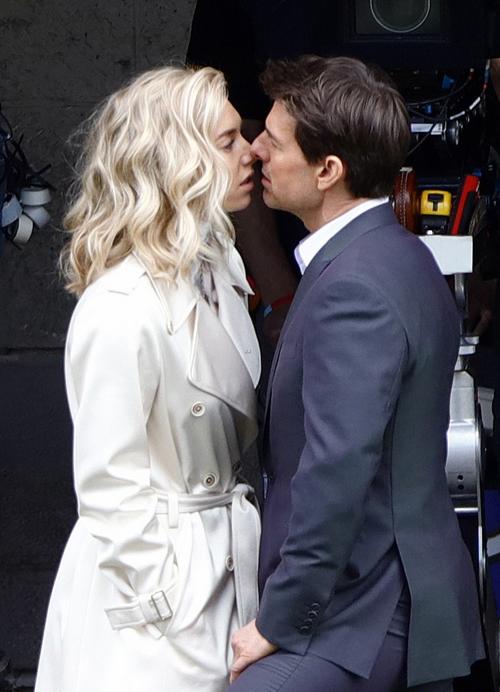 Vanessa Kirby và Tom Cruise trên trường quay.
