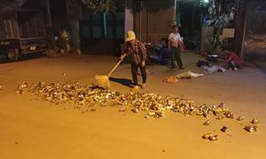 Người phụ nữ rải hàng trăm vỏ lon bia ra đường phố