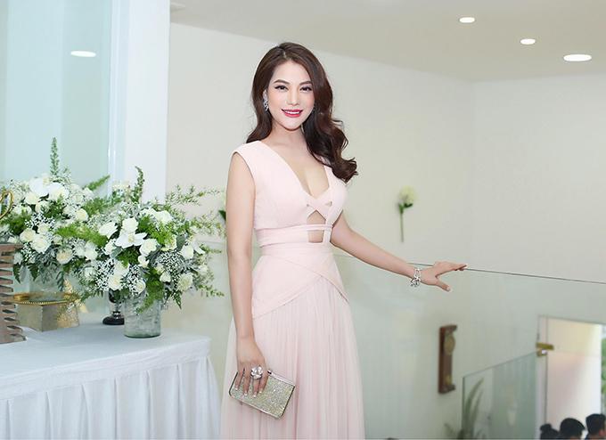 Trương Ngọc Ánh diện đầm khoét ngực để lộ vòng 1 gợi cảm khi tham dự một sự kiện.