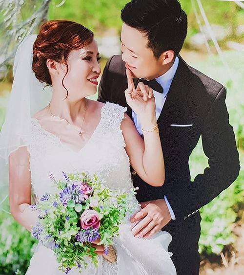 Cô dâu cười hạnh phúc bên chú rể.