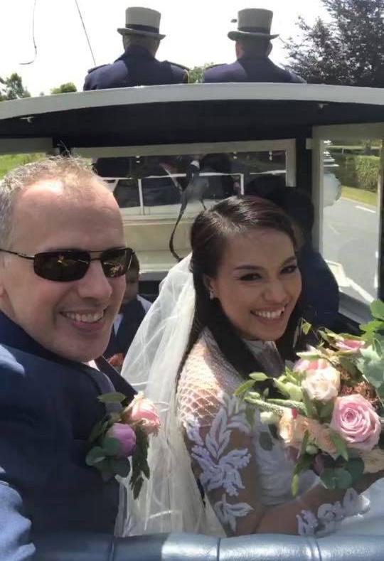 Nữ diễn viên mặc áo dài trắng ngồi xe hoa ngựa kéo cùng ông xã ngoại quốc.