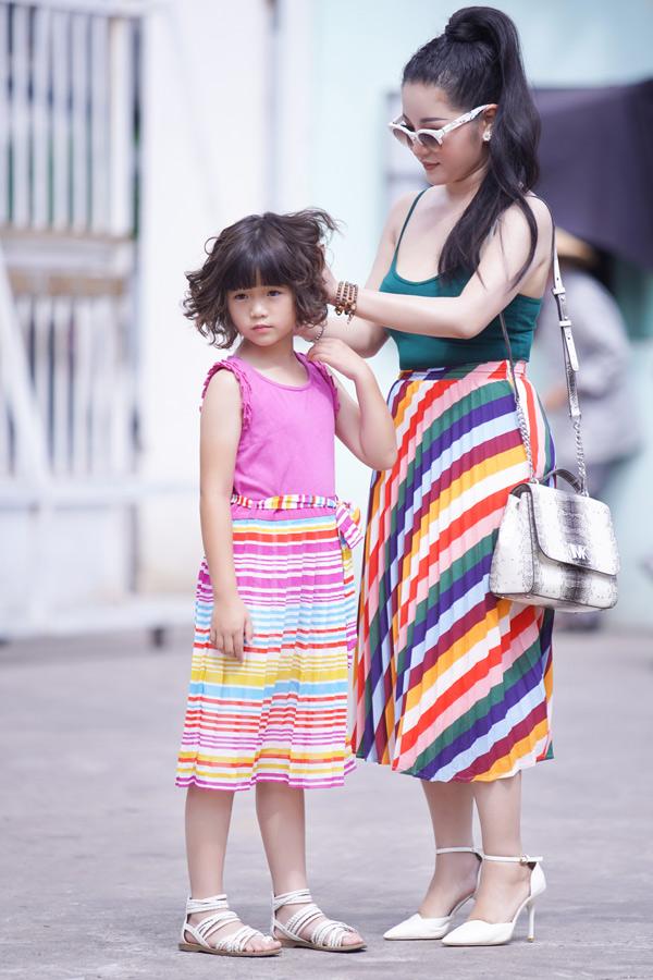 Hai mẹ con mặc ton-sur-ton đầy màu sắc tới trường quay chương trình Kỳ tài lộ diện.