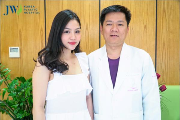 Thuận An cùng bác sĩ Tú Dung trong lần tái khám gần đây.