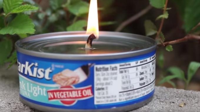 Biến hộp cá ngừ thành nguồn sáng khi mất điện - 2