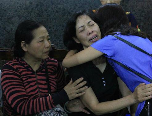 Mẹ Vân Nhi xúc động ôm lấy mẹ Hải An. Ảnh: L.N