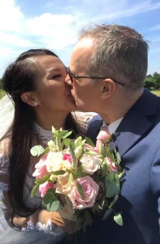 Cô dâu, chú rể say đắm khóa môi nhau trong dưới nắng hè châu Âu.