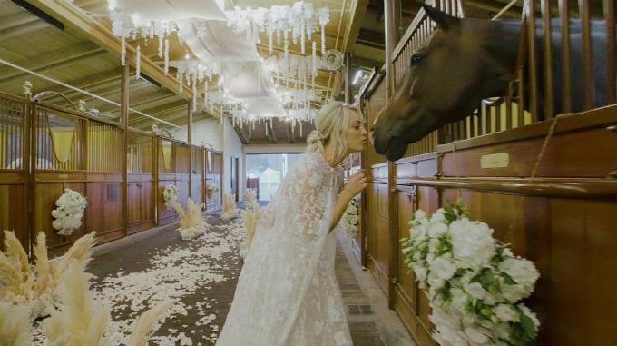 Địa điểm tổ chức hôn lễ chẳng giống aicủa Kaley Couco được trang trí tỉ mỉ, cẩn thận với dàn đènđược treo trên cao và tràn ngập sắc trắng.