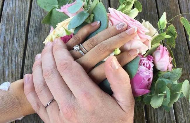 Lý Thanh Thảo khoe nhẫn cưới của cô và ông xã.